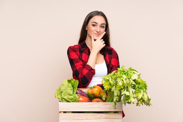 Rolnik ze świeżo zebranymi warzywami