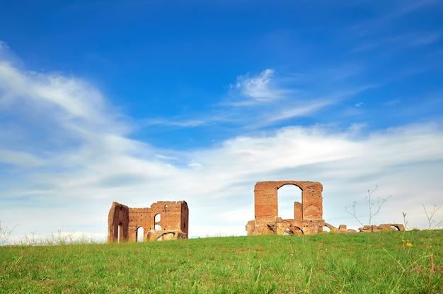 Roman krajobraz ze starymi ceglanymi ruinami na appia way
