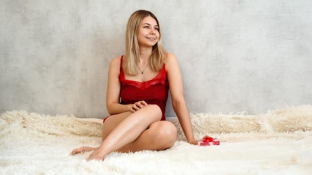 Romans, koncepcja prezenty walentynkowe. piękna blondynka na kanapie.