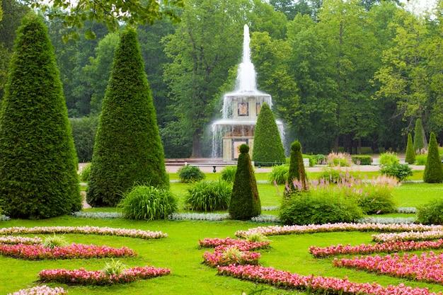Romańska fontanna niski park w peterhof, rosja