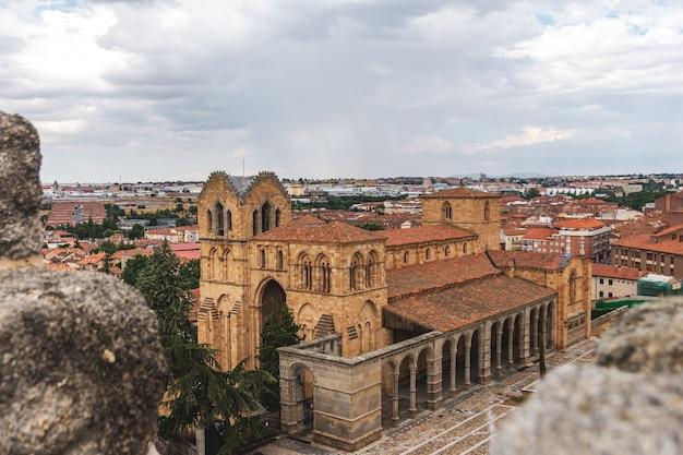 Romańska świątynia bazyliki san vicente w avila, hiszpania. widok ze szczytu ściany.