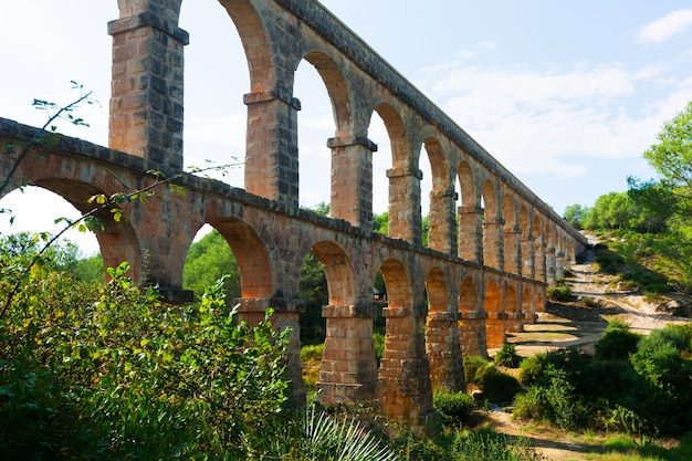 Romański akwedukt de les ferreres w słonecznym dniu