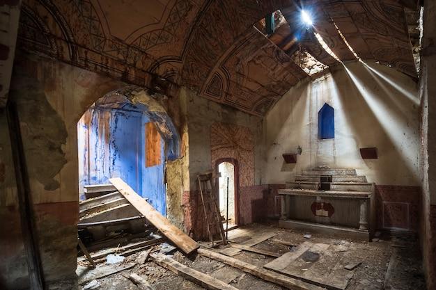 Romański kościół opuszczony i zrujnowany