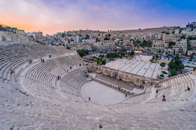 Romański teatr przy półmrokiem w amman, jordania.