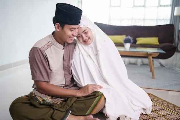 Romantyczna azjatycka para muzułmańska po wspólnej modlitwie w domu