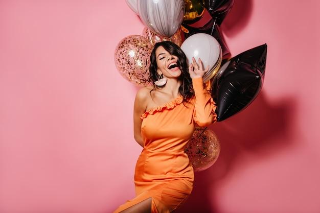 Romantyczna dama świętująca urodziny