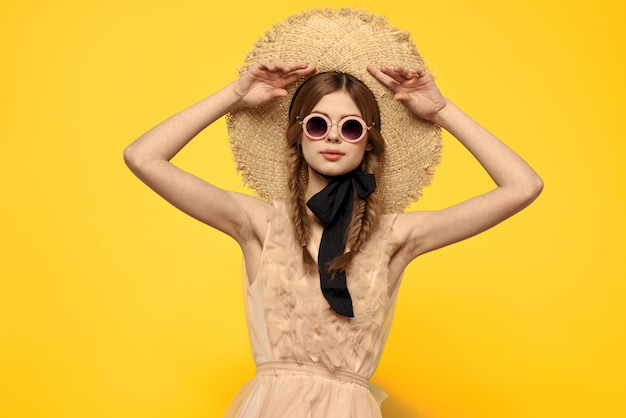 Romantyczna dziewczyna w słomkowym kapeluszu okulary model sukienka emocje.