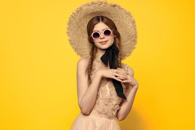 Romantyczna dziewczyna w słomkowym kapeluszu okulary model sukienka emocje