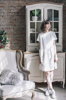 Romantyczna Dziewczyna W Vintage Pokoju Z Kwiatami Premium Zdjęcia