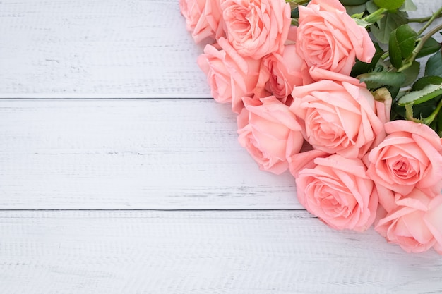 Romantyczna karta podarunkowa z różowymi różami. ramka z kwiatami, świąteczna makieta