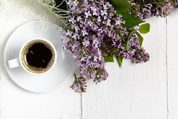 Romantyczna kawa w kwitnącym ogrodzie, wiosenne śniadanie