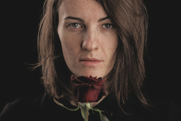 Romantyczna kobieta i czerwona róża