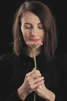 Romantyczna kobieta i piękna różowa stokrotka