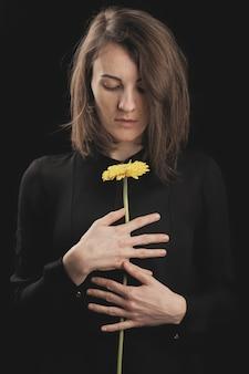 Romantyczna kobieta i piękna żółta stokrotka