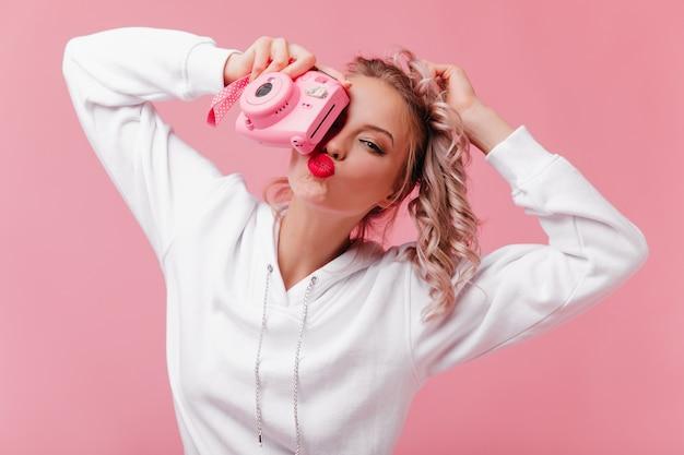 Romantyczna kobieta trzyma przód i całuje wyraz twarzy