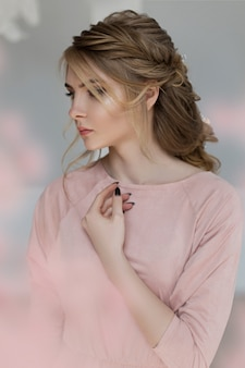Romantyczna kobieta w różowej sukience vintage