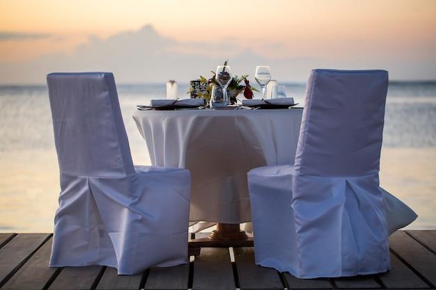 Romantyczna kolacja na plaży o zachodzie słońca