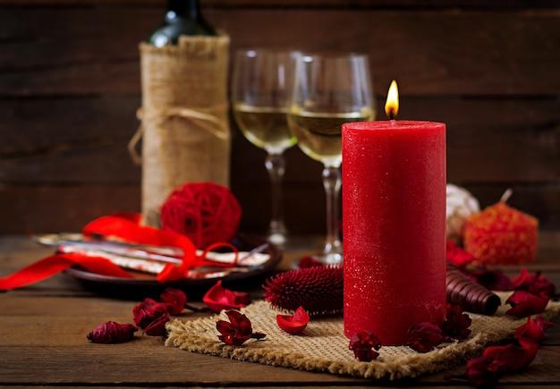 Romantyczna kolacja, świece, wino i wystrój