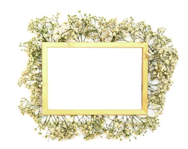 Romantyczna kompozycja kwiatów. białe kwiaty gipsówki, ramka na zdjęcia na białym tle. walentynki, wielkanoc, urodziny, szczęśliwy dzień kobiet, dzień matki.widok z góry.