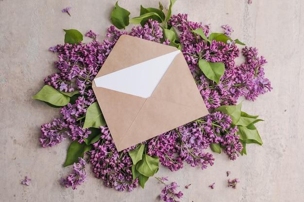 Romantyczna kompozycja kwiatów makieta ramki z kwiatami bzu na fioletowym tle