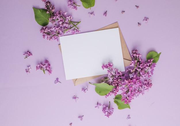Romantyczna kompozycja kwiatowa makieta ramki z kwiatami bzu na fioletowym tle