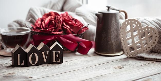 Romantyczna kompozycja na walentynki z ozdobnym słowem love i detalami dekoracyjnymi.