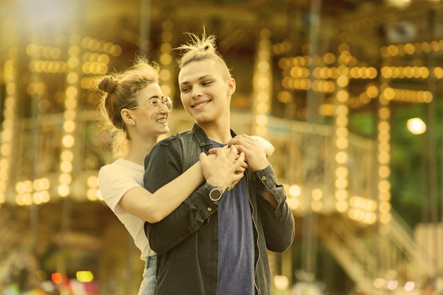 Romantyczna koncepcja. piękna, młoda para zakochana w wesołym miasteczku.