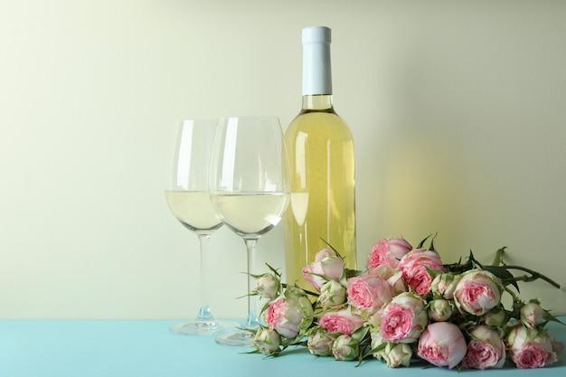 Romantyczna koncepcja z różami i winem na niebieskim stole