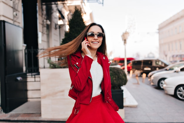 Romantyczna ładna kobieta pozuje z macha włosami podczas spaceru na świeżym powietrzu