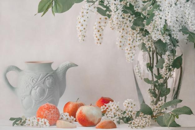 Romantyczna martwa natura z jabłkami i brzoskwiniami
