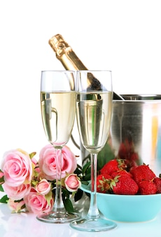 Romantyczna martwa natura z szampanem, truskawkami i różowymi różami, na białym tle