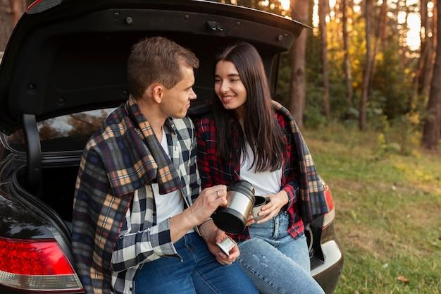 Romantyczna młoda para cieszyć się przyrodą razem