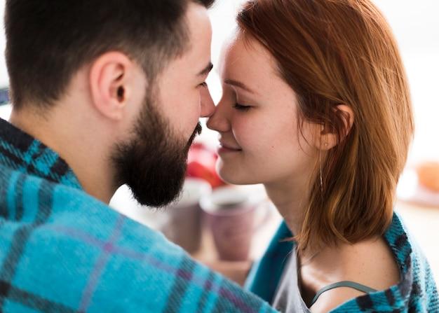 Romantyczna młoda para dotykając nosa