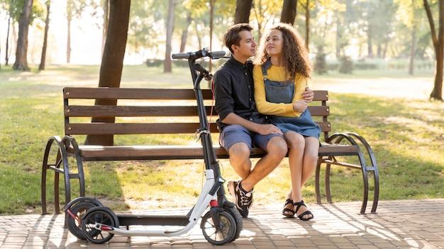 Romantyczna młoda para razem na zewnątrz