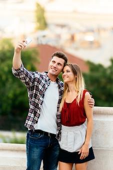 Romantyczna młoda para robienie zdjęć z telefonu komórkowego. koncepcja relacji.