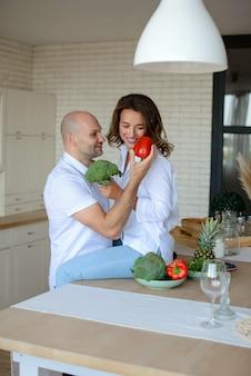 Romantyczna młoda para wspólne gotowanie w kuchni