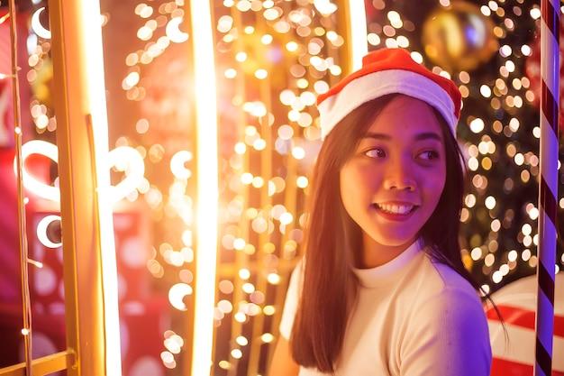 Romantyczna noc i szczęśliwa azjatycka kobieta w wigilii