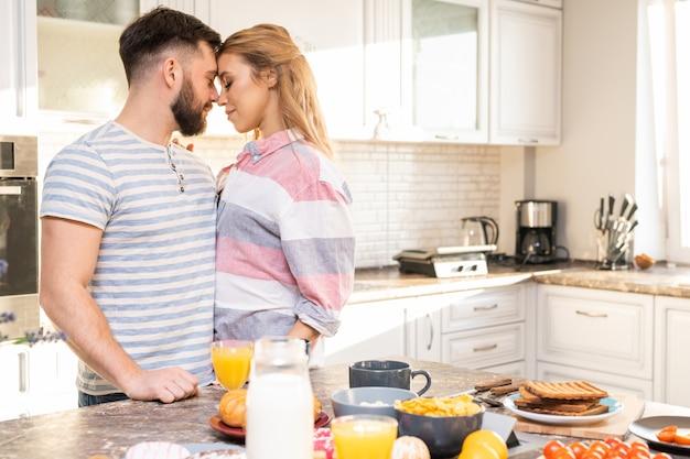 Romantyczna para obejmując w kuchni