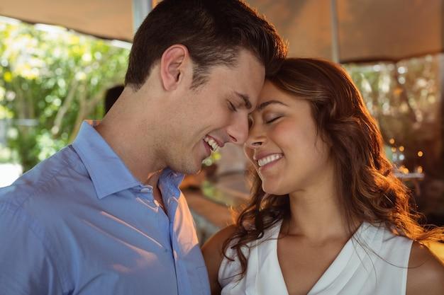 Romantyczna para patrząc twarzą w twarz