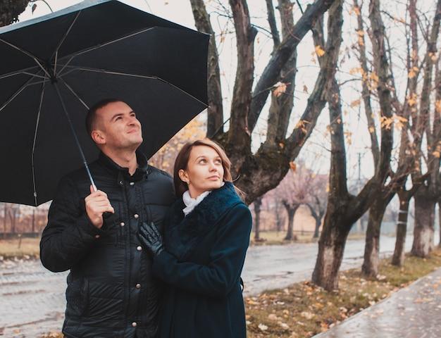 Romantyczna para patrząca w niebo po deszczu