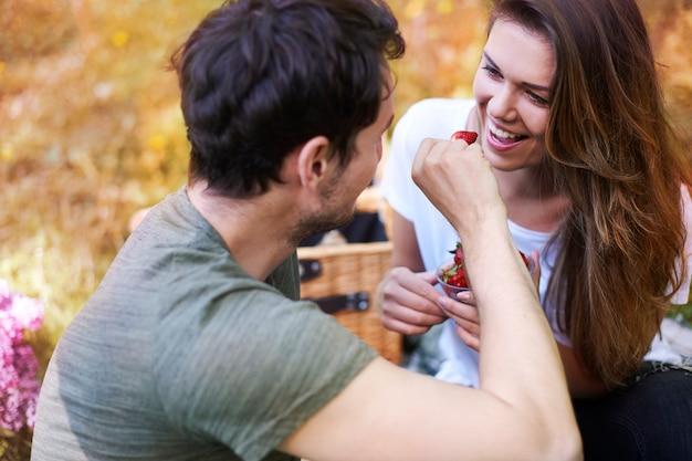 Romantyczna para piknik w parku