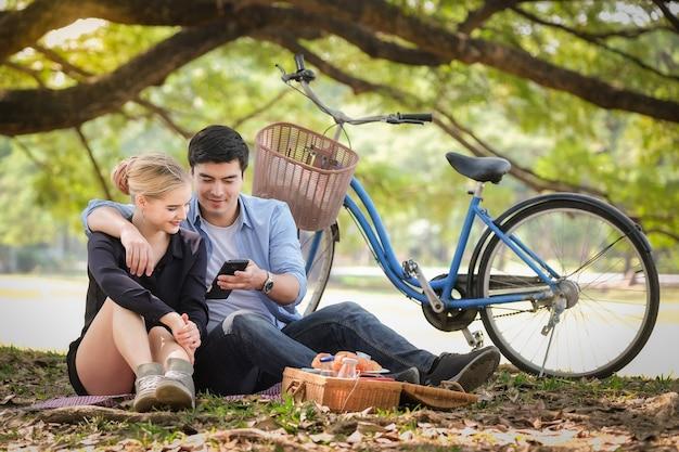 Romantyczna para pikniku relaks w parku
