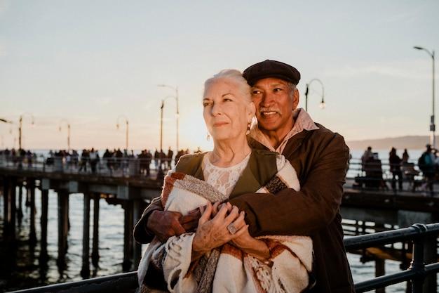 Romantyczna para seniorów przy molo