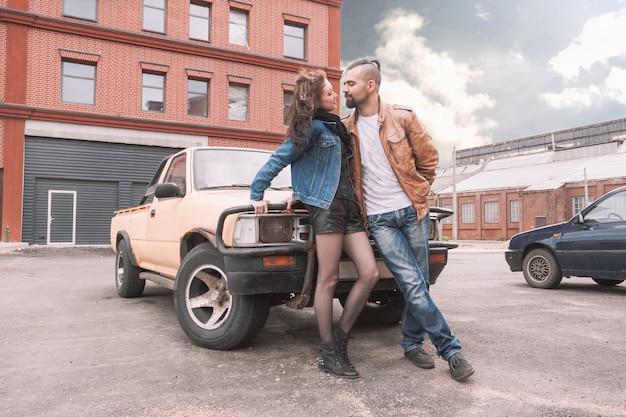 Romantyczna para stojąca przy samochodzie w mieście parking
