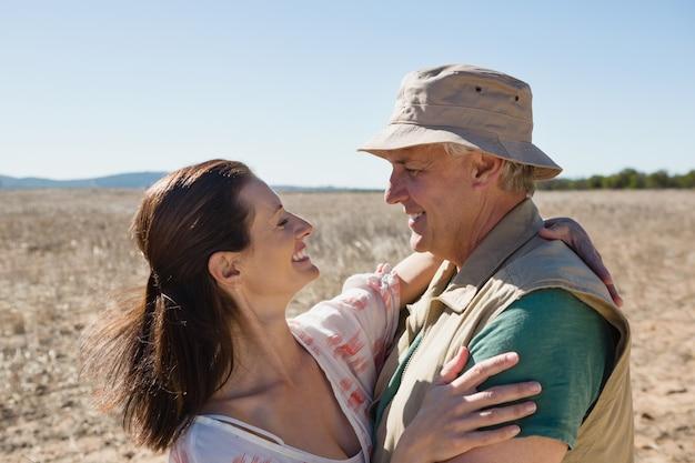 Romantyczna para stojący na krajobraz
