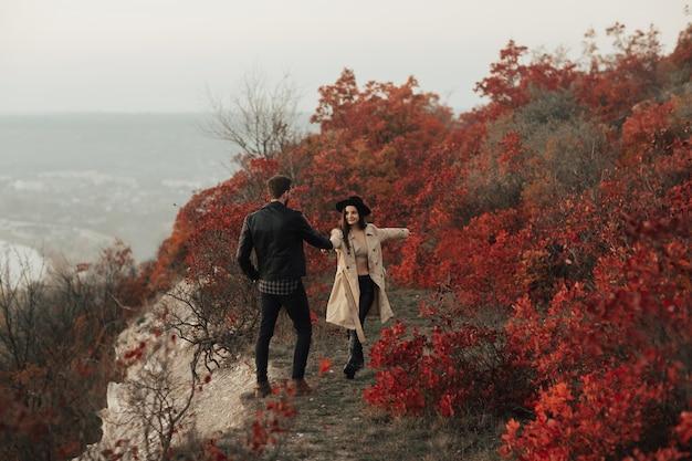 Romantyczna para stylowy spaceru w parku jesień razem
