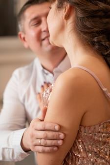 Romantyczna para, trzymając się nawzajem