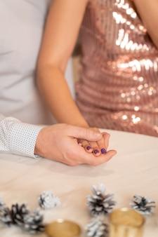 Romantyczna para trzymając się za ręce