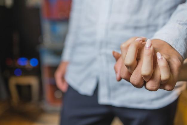 Romantyczna para trzymając się za rękę przy kolacji w restauracji.