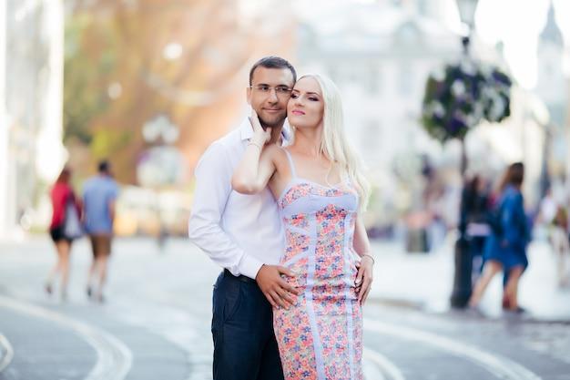 Romantyczna para turystów spacery po mieście relaksujące
